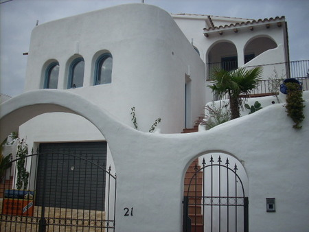 Spanish property for rent in: Sitges the surrounding hills. Beautiful Ibiza style villa